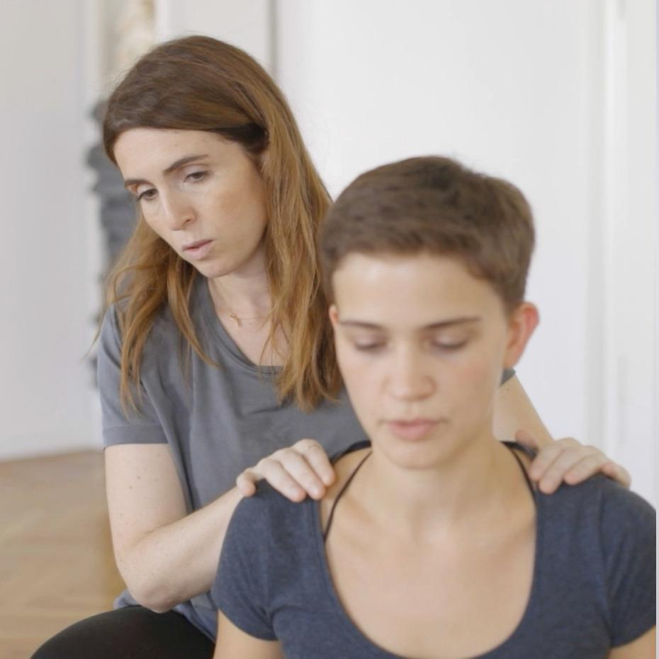 Inhaberin Giulia Tamiazzo beim Unterricht im RE:TREAT-Yogastudio in Wien. Einzelgespräche ist bei den Schnupperangebot inkludiert.