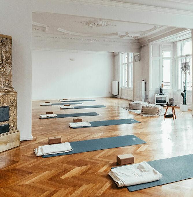 Großer Yogaraum RE:TREAT Ansicht von rechts mit Kamin