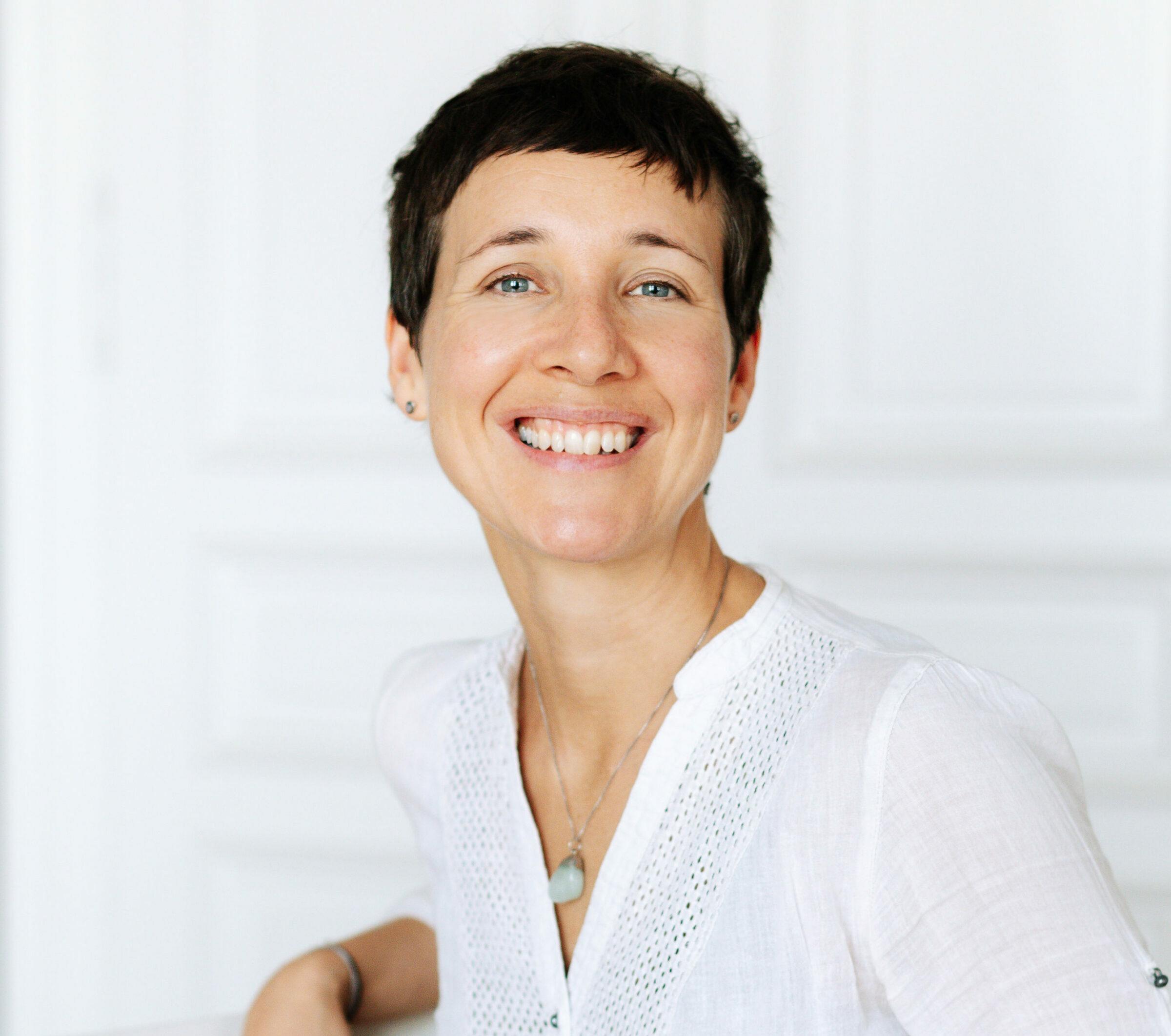 Portraitfoto von Elisabeth Mitterrutzner - Kundalini Yoga und Meditation Lehrerin im RE:TREAT