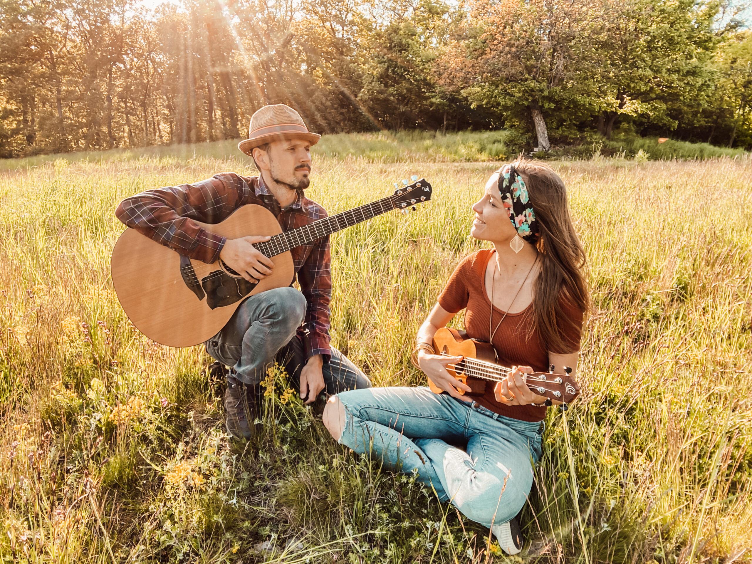 Ayensi mit Gitarre im Freien